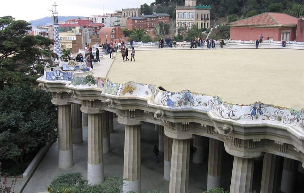 Centrale plein en zitbank van Park Güell in Barcelona gerestaureerd