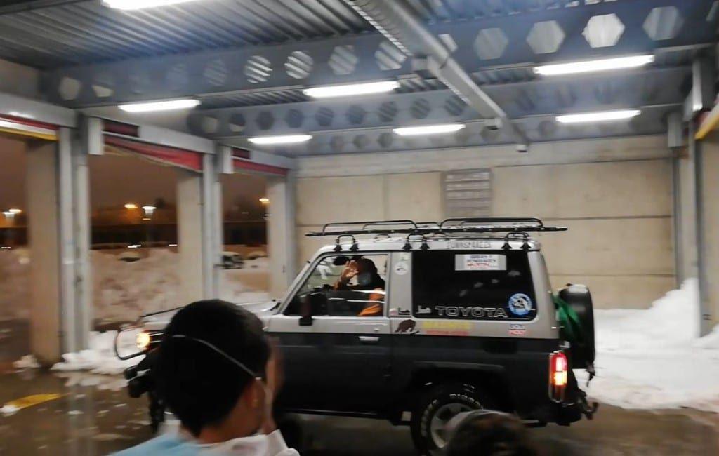 Inwoners Madrid met 4x4 voertuigen helpen ziekenhuispersoneel en patiënten