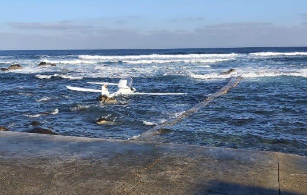 Piloot sportvliegtuig maakt noodlanding in zee bij Gran Canaria