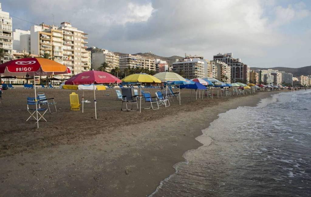 Politie Torrox verwijdert strandstoelen en parasols