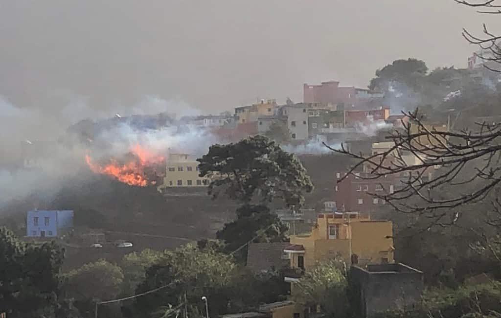 Bosbrand op Tenerife met geëvacueerde inwoners en toeristen