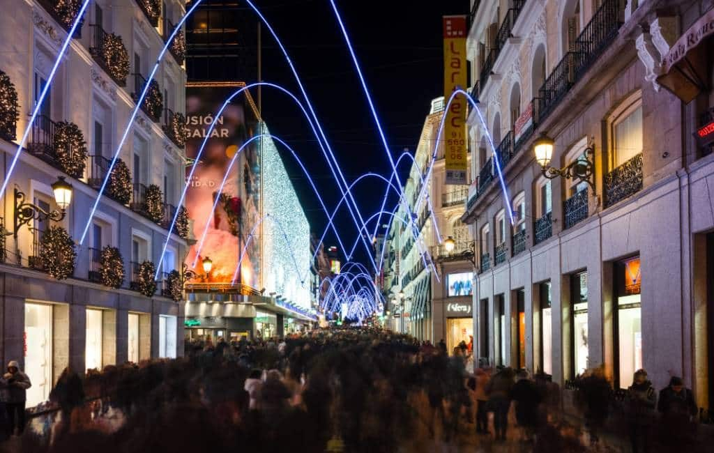 Winkelstraten Madrid met Kerst eenrichtings-voetgangersverkeer
