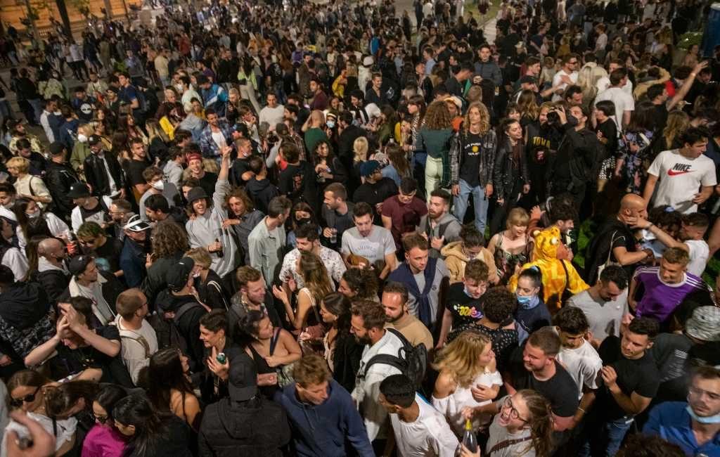 Jongeren raken besmet tijdens botellones in Spanje maar wat is dat?