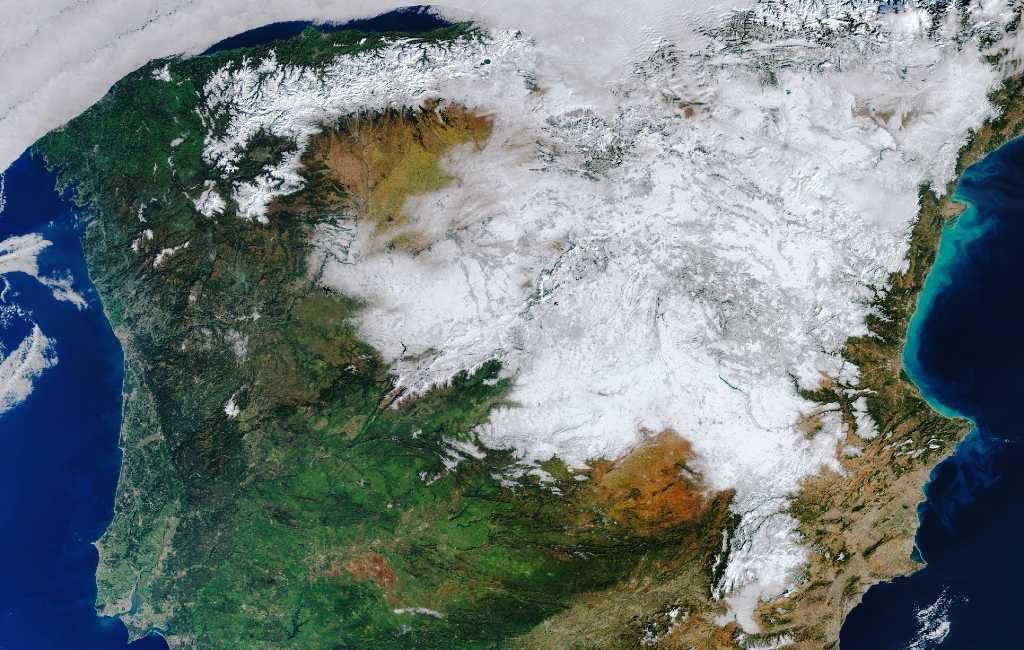 Besneeuwd Spanje en Madrid gezien vanuit de ruimte