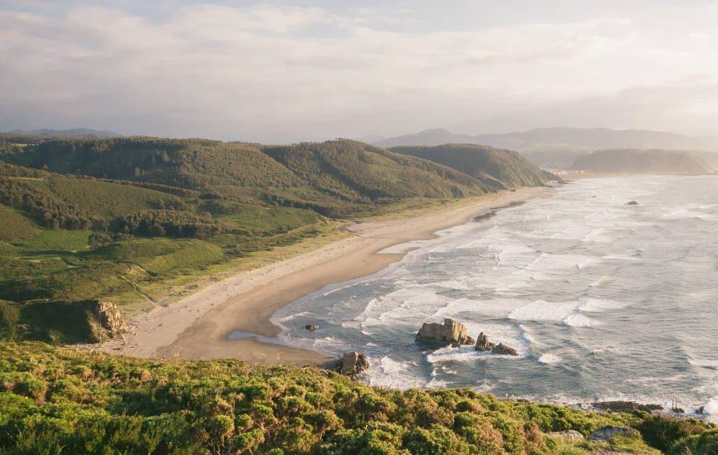 Wetenschappers waarschuwen dat Asturië elke drie jaar één meter strand verliest