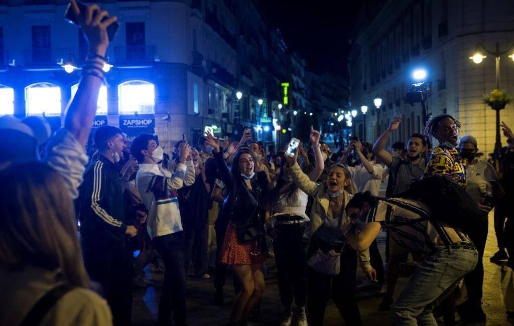 Duizenden inwoners van Spanje na voormalige avondklok op straat om te feesten