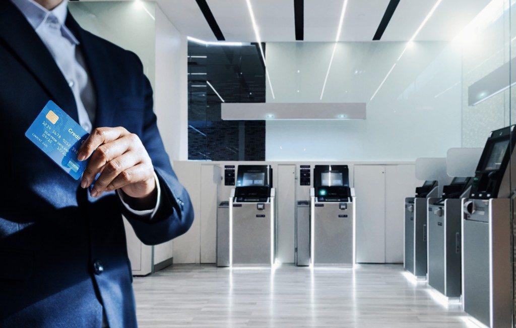 Topsalarissen bankdirecteuren Spanje tegenhouden met de 'vía holandesa'