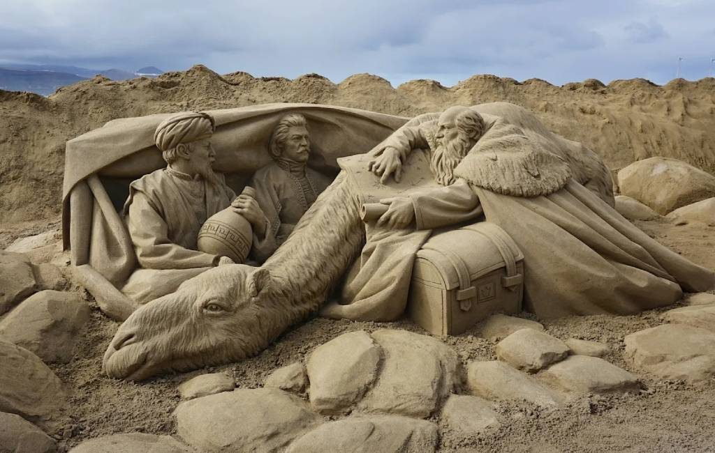 Van zand gemaakte kerststal in Las Palmas de Gran Canaria weer te bezoeken