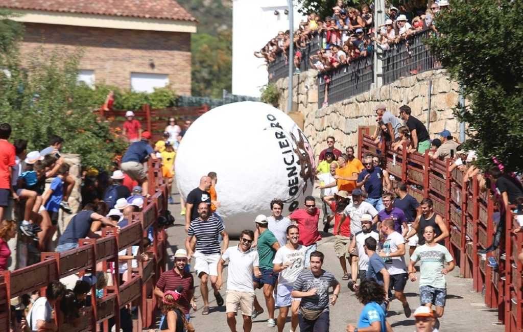 Burgemeester gewond door 200 kilo zware bal bij dorpsfeest