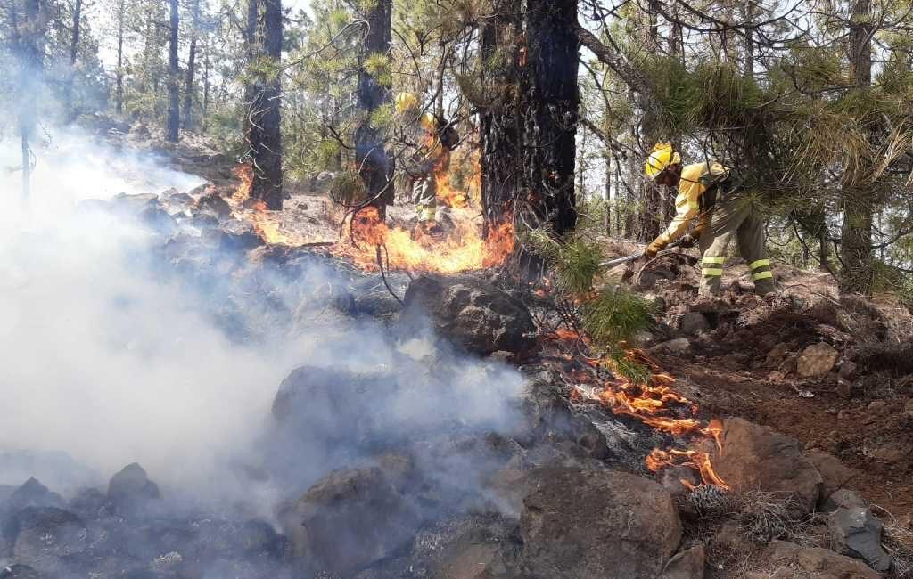 Natuur en bosbrand in het Teide gebied op Tenerife nog steeds niet onder controle