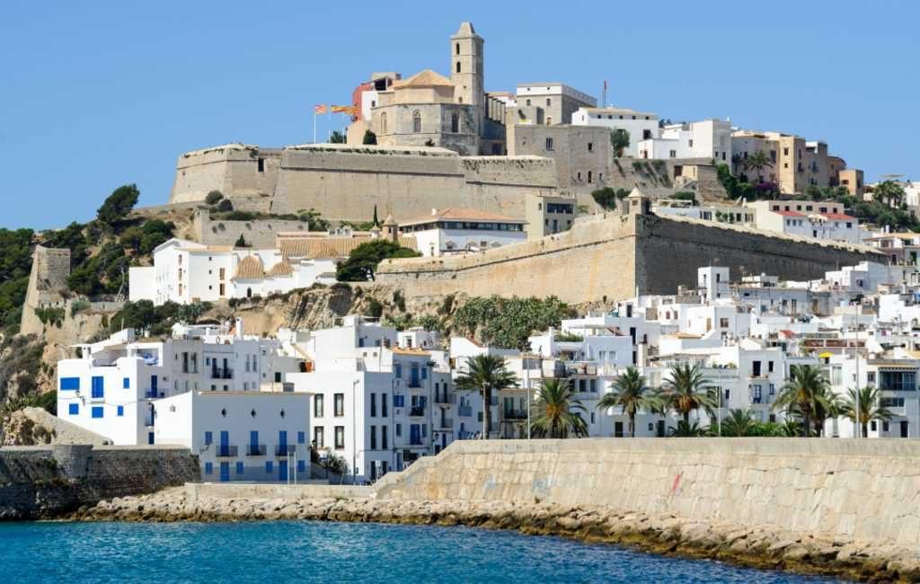 Booking roept inwoners Ibiza op woningen te verhuren