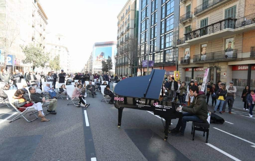 Succesvolle autoloze zondag in de Aragón straat in Barcelona