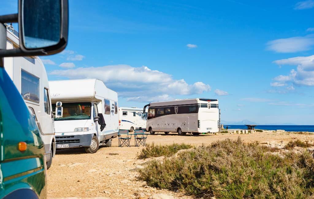 Is het parkeren van en overnachten in kampeerauto's verboden in de Valencia regio?