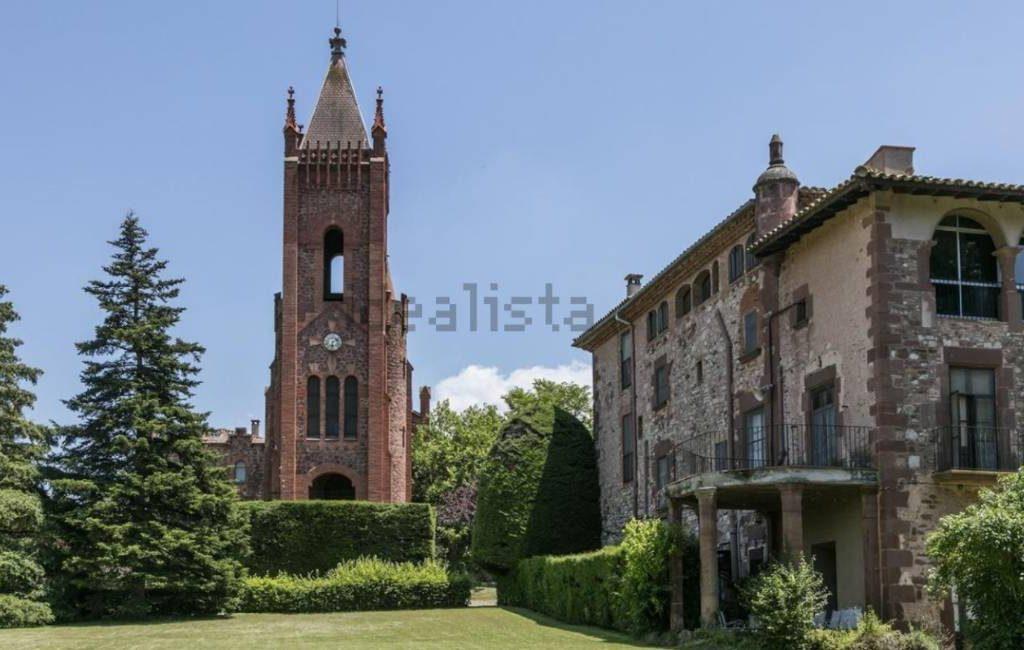 Landhuis met eigen kerk voor bijna 4 miljoen euro te koop in Catalonië