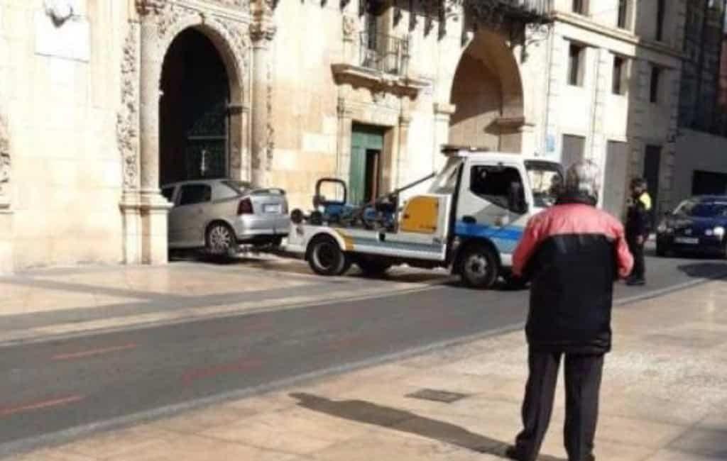 Man parkeert een auto in het gemeentehuis van Alicante