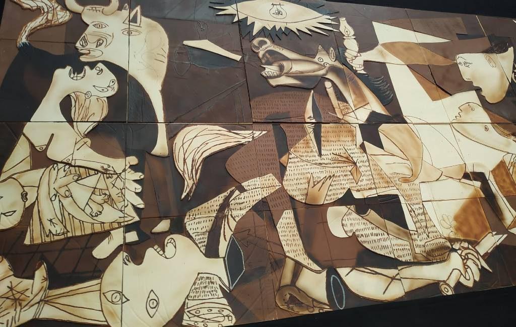 Guernica staat stil bij bombardement 84 jaar geleden met een Picasso op formaat van chocolade