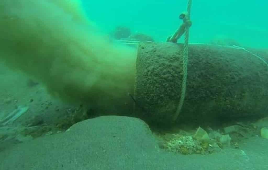 Zeebodem bij Nerja bezaaid met vochtige wc-doekjes en ander afval