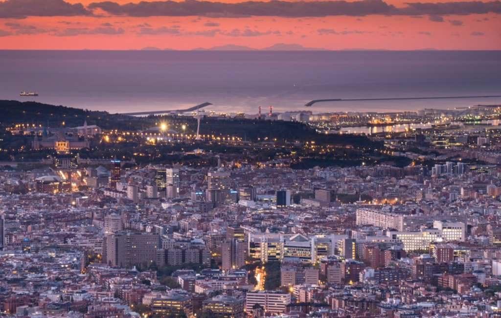 Barcelona te zien vanaf Mallorca en het eiland vanuit Barcelona