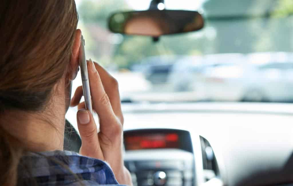 Gebruik telefoon en autorijden heeft een boete van 500 euro in Spanje