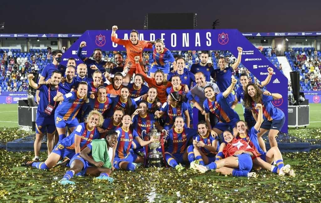 Vrouwenelftal FC Barcelona wint met de Copa del la Reina historische derde titel