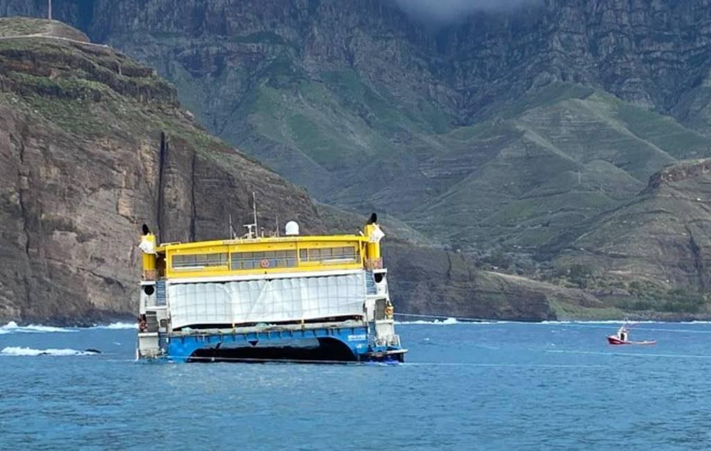 Fast-Ferry loopt vast in de haven van Agaete op Gran Canaria