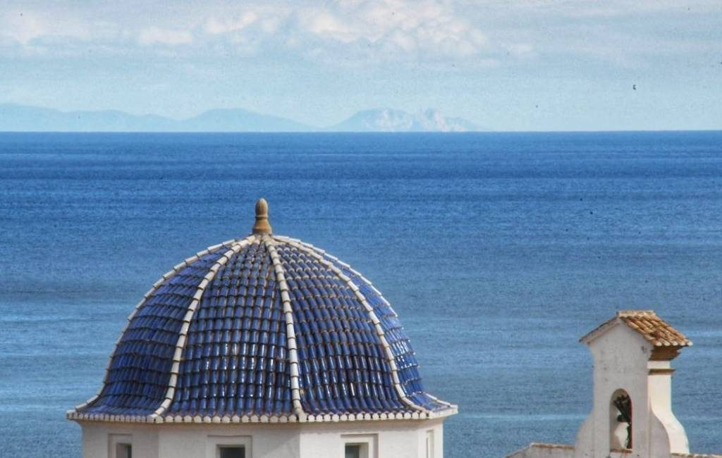 Het 'loco' weer zorgt ervoor dat het eiland Ibiza vanaf de Costa Blanca te zien is
