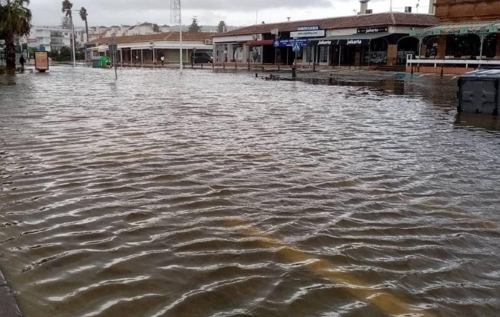 Overstroomde straten in de Valencia regio na hevig noodweer