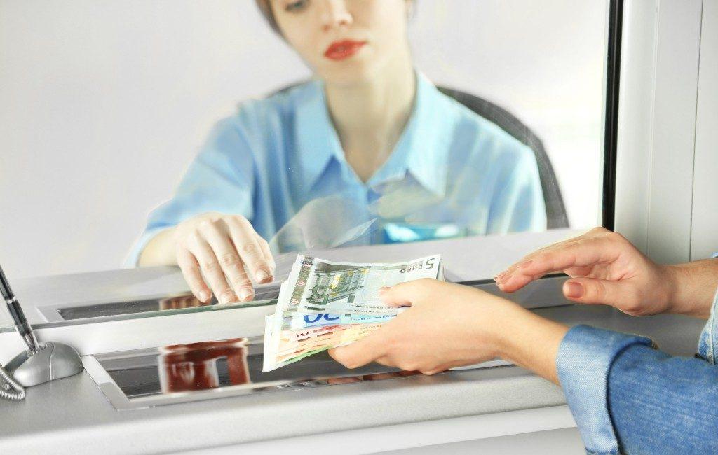 Banken vragen commissie voor het afgeven van contant geld bij loket in Spanje