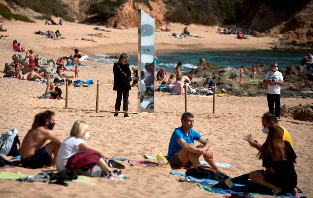 Mysterieuze metalen monoliet verschijnt op strand Platja d'Aro en wordt gevandaliseerd