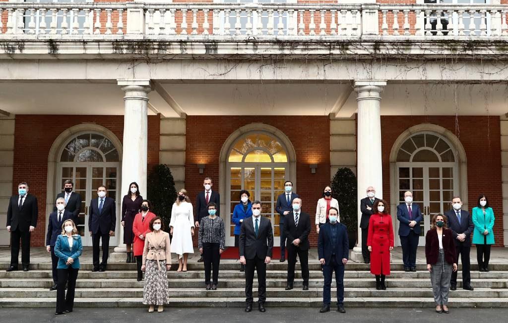 Spaanse regering presenteert nieuwe groepsfoto en poseert met mondkapjes