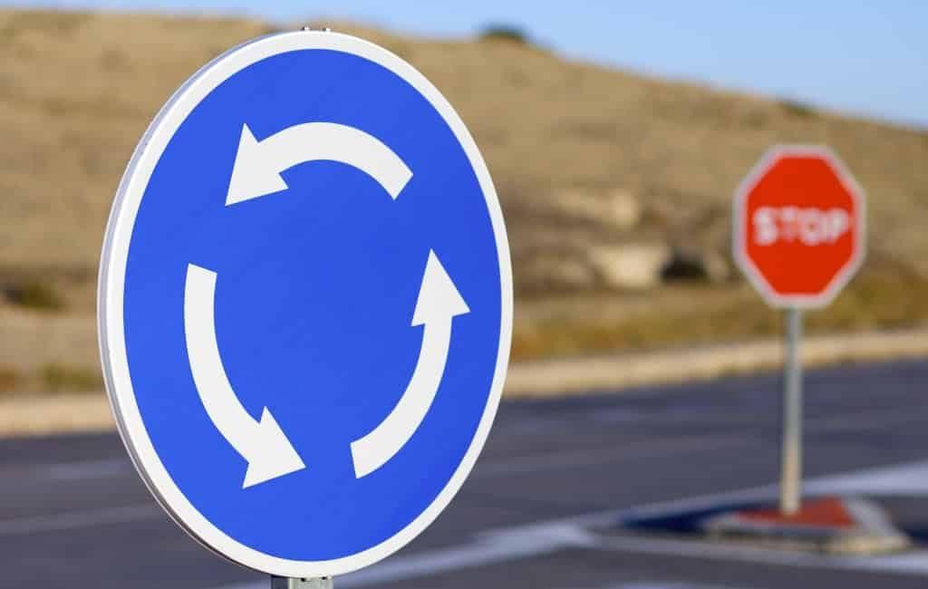 Politie probeert Spanje uit te leggen hoe je op een rotonde rijdt