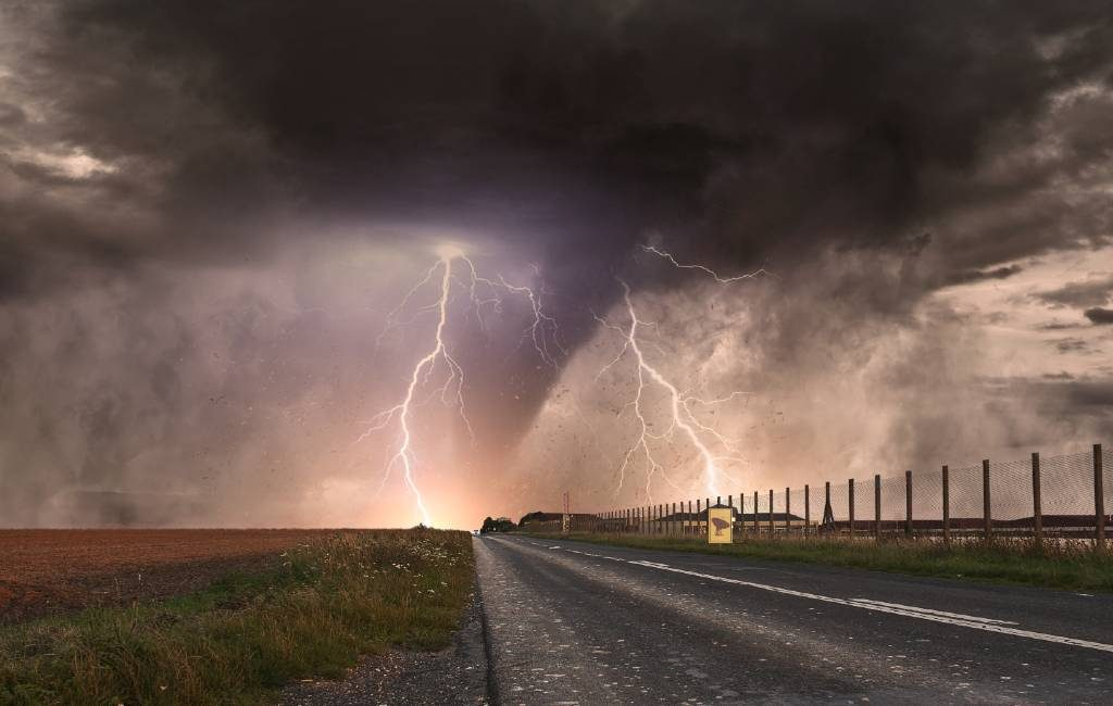Slecht weer Spanje: Man getroffen door bliksem in Madrid en grote tornado in Toledo