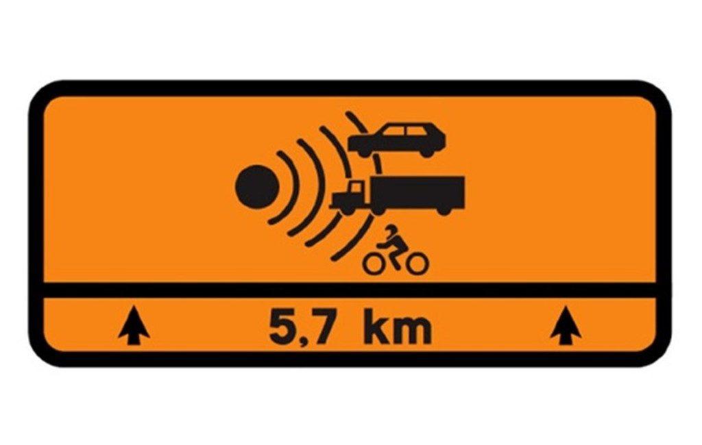 Nieuwe oranje verkeersbord op Spaanse wegen waarschuwt voor gevaar en snelheidsradar