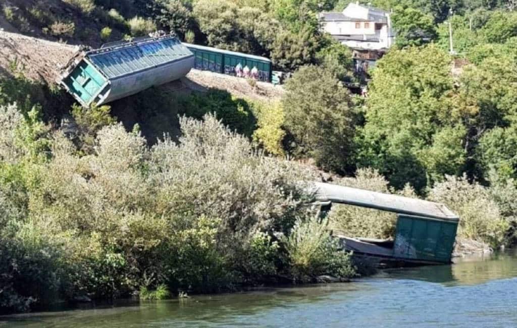 Kritiek op Spaanse spoorwegbeheerder voor in rivier duwen van lege wagons