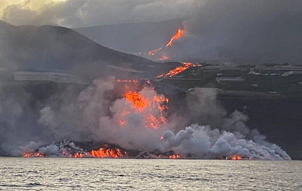 Lavastroom heeft de zee bereikt en vormt nieuw land maar is ongevaarlijk